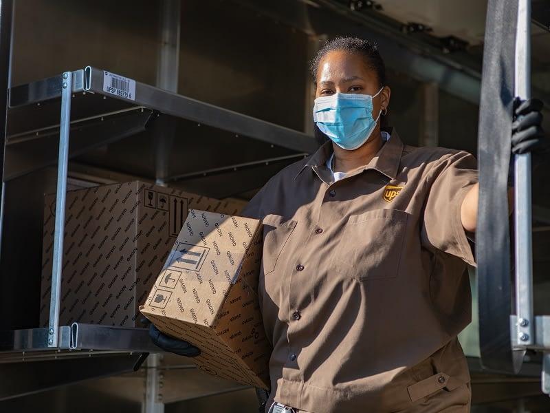 UPS Zustellerin mit QIAGEN Testkartuschen (c) UPS_Beitragsbild